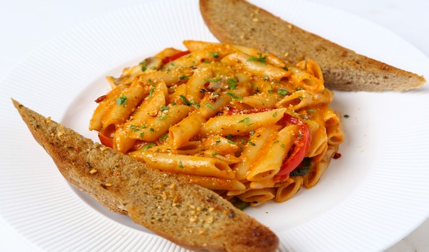 Penne_pasta_with_pink_sauce2rct